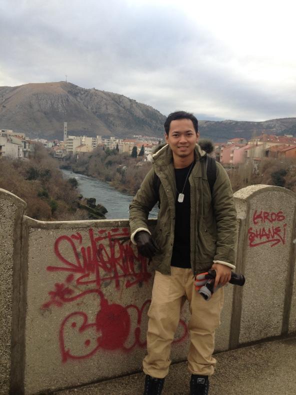 its me at Mostar tapi bukan Mostar bridge. Air sungai memang jernih.