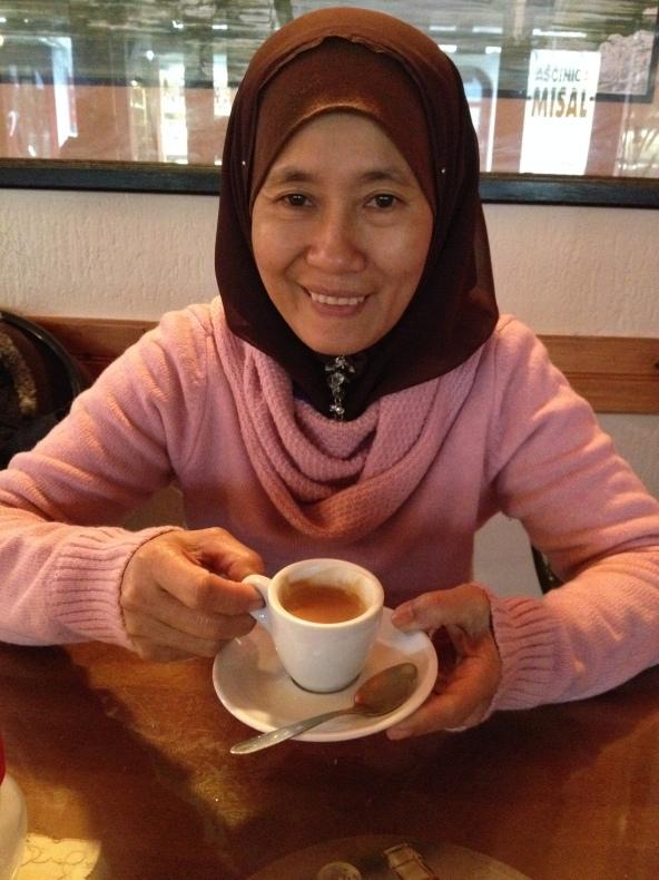 Muka mak aku terpaksa senyum minum espresso. Pahit dong