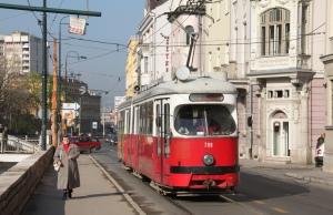 Inilah tram dia. Agak old school jugak laa tapi kalau dibandingkan ngan Malaysia ni yang tram pon tak ada, aku rasa diaorang lagi bagus kot